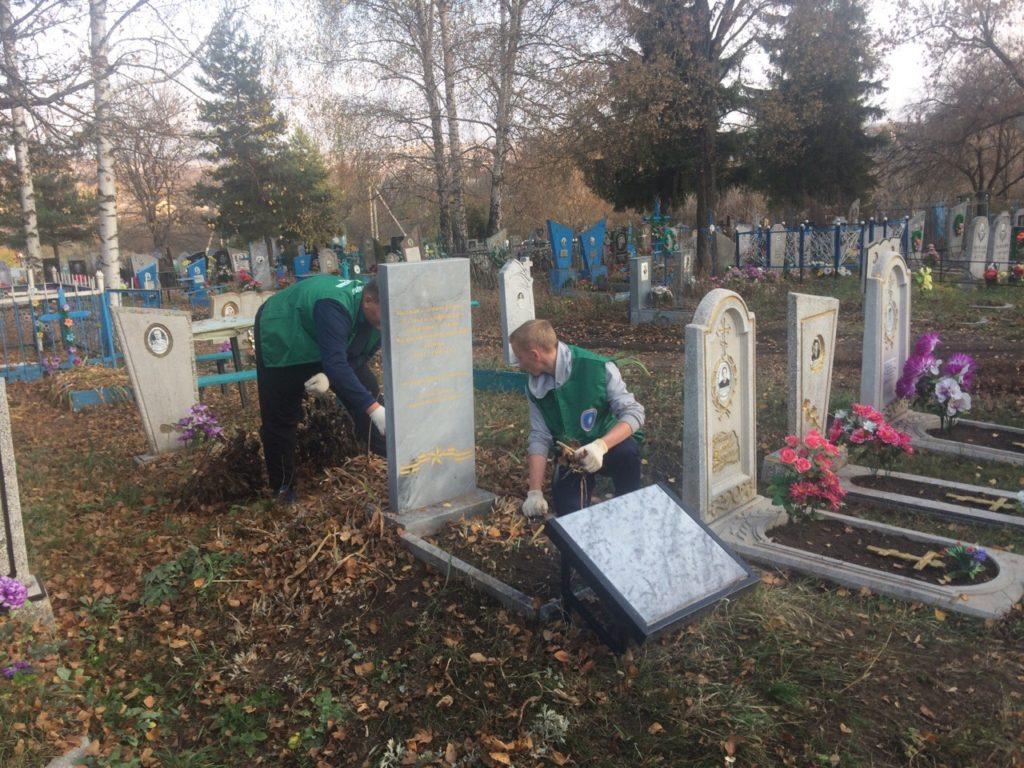 Ребята привели в порядок 2 братских могилы, убрали листву, сухие ветки и траву.
